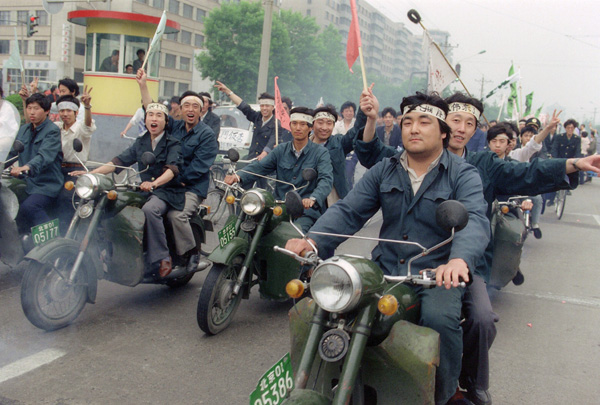 chinese-workers-parade-through-beijing-streets-18-may-in-support-of-student-hunger-strikers-gathered-at-tiananmen-square