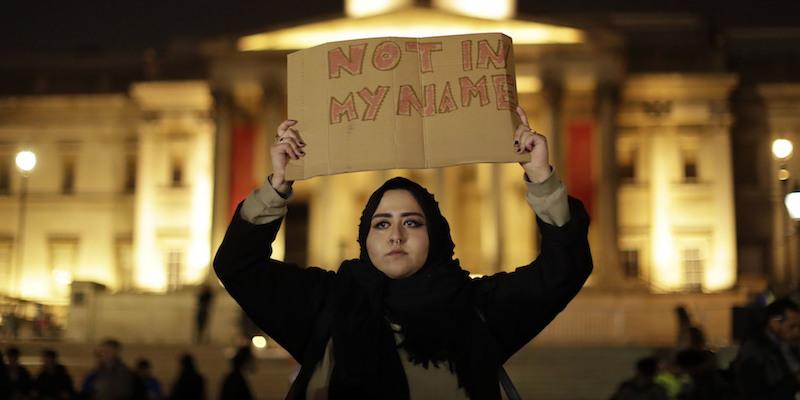 Una donna alla veglia per le vittime dell'attentato terroristico di mercoledì 22 marzo - Londra, 23 marzo 2017 (AP Photo/Matt Dunham)