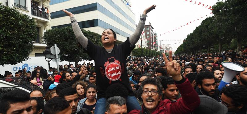 Manifestanti a Tunisi. (FETHI BELAID/AFP/Getty Images)